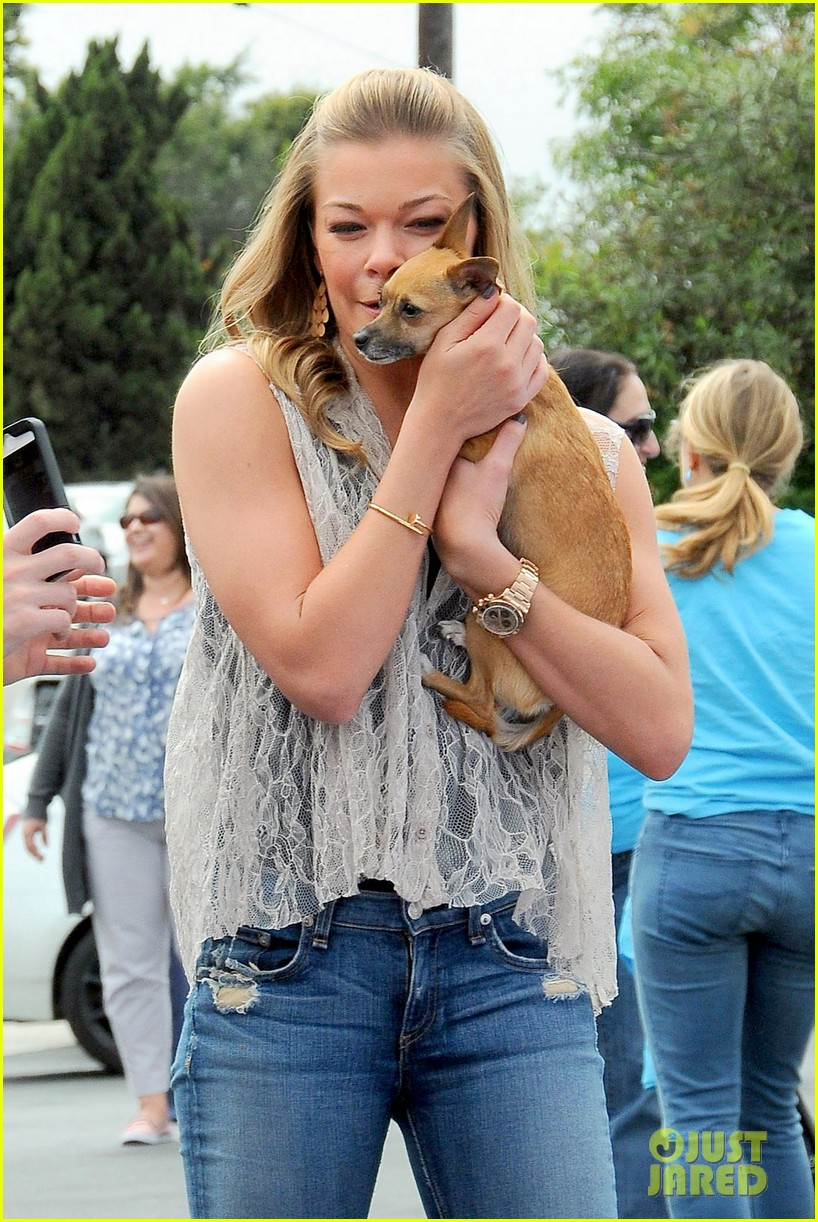 leann rimes pet adoption stand visit 07