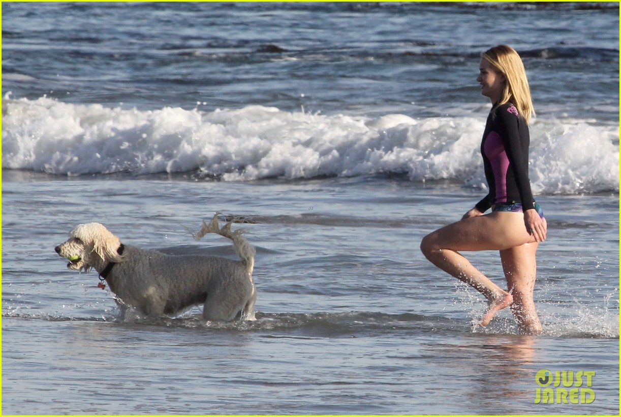 rosie huntington whiteley beach day with her pup 21