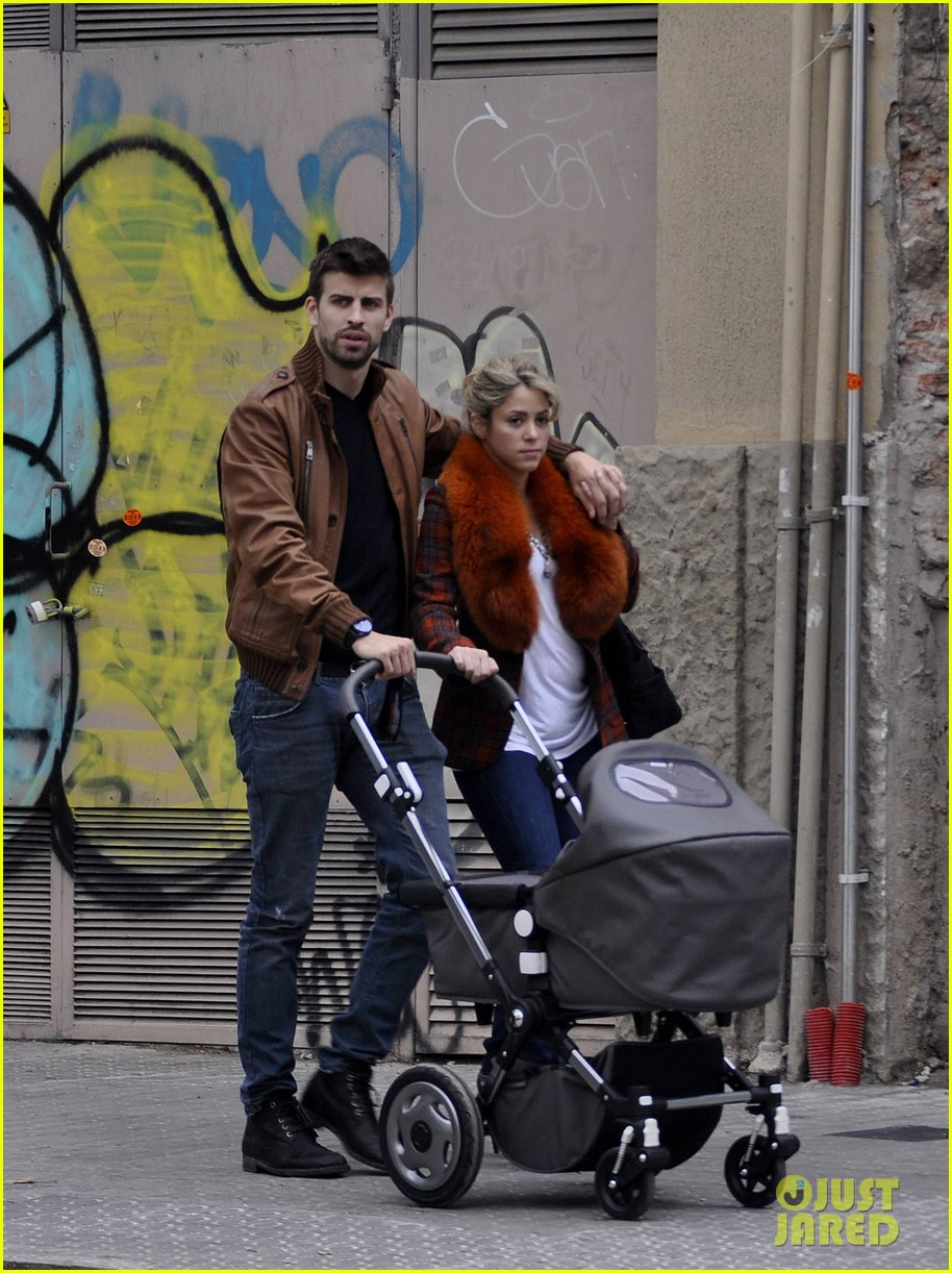 shakira gerard pique family picture with baby milan 05