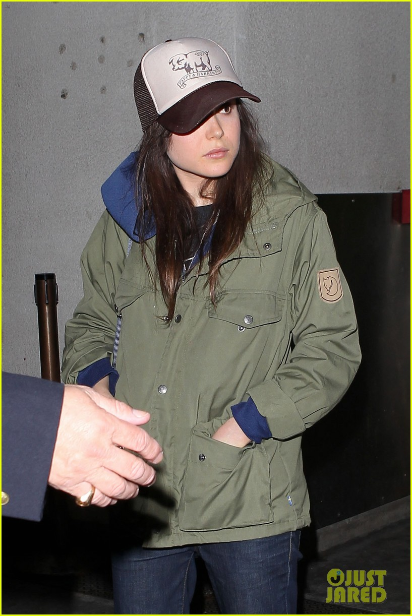 alexander skarsgard carries ellen page luggage at lax 11