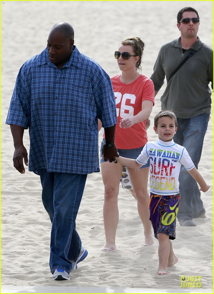 britney spears santa barbara beach day with the boys 18