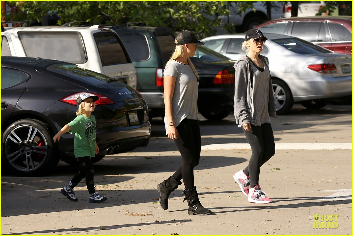 gwen stefani hiking with kingston zuma 30