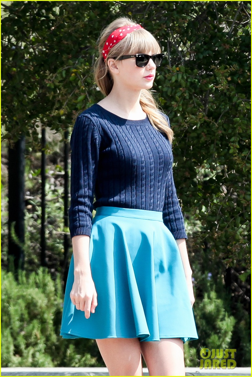 taylor swift trampoline jumper at photo shoot 04