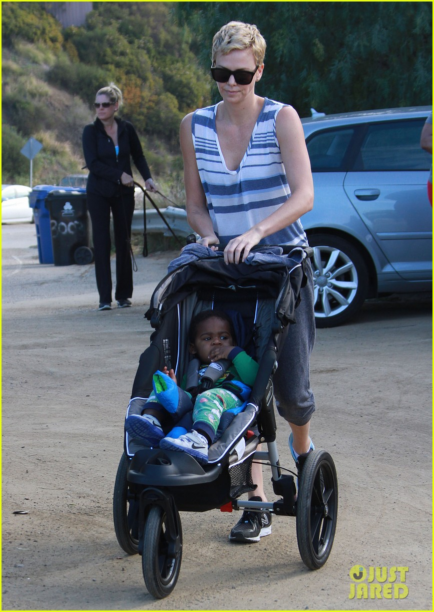 charlize theron runyon canyon hike with jackson 12