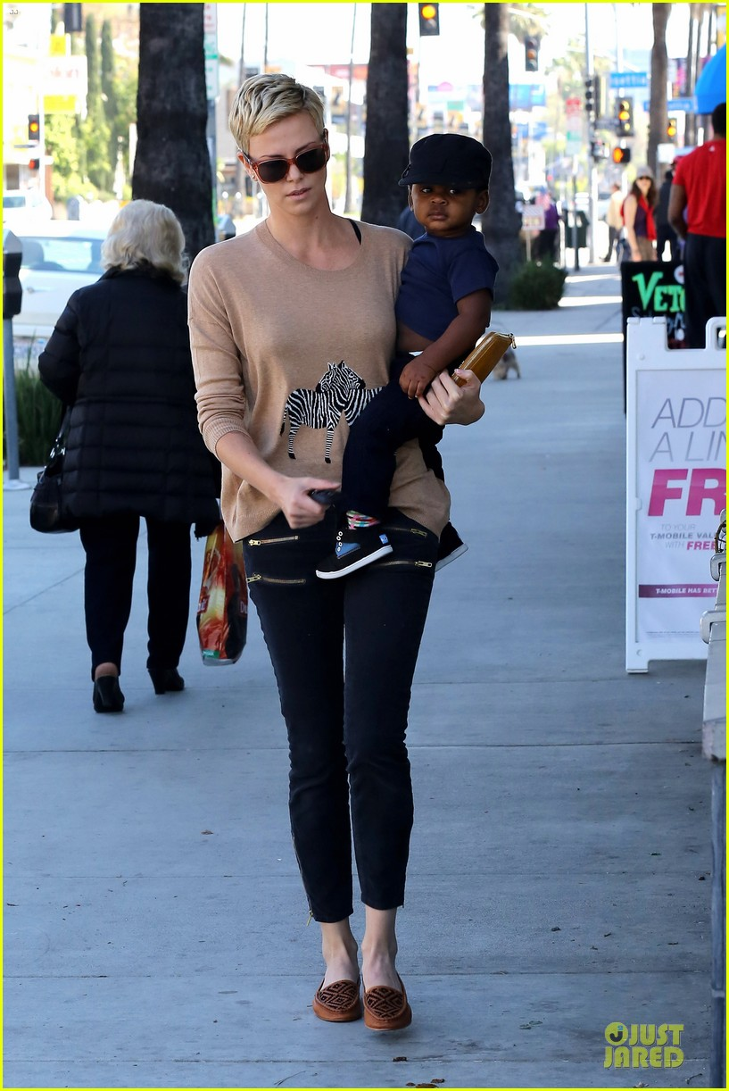 charlize theron pinkberry treat with jackson 01