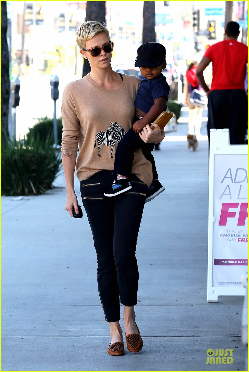 charlize theron pinkberry treat with jackson 07