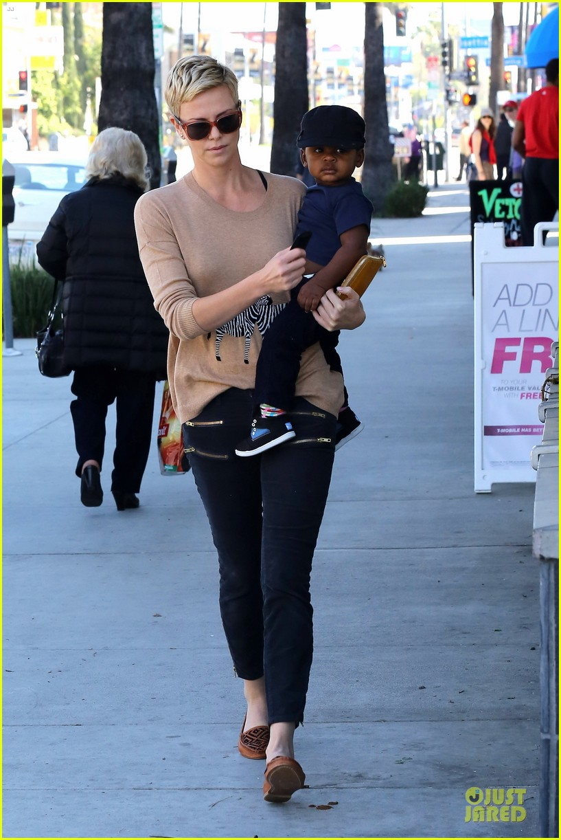 charlize theron pinkberry treat with jackson 08
