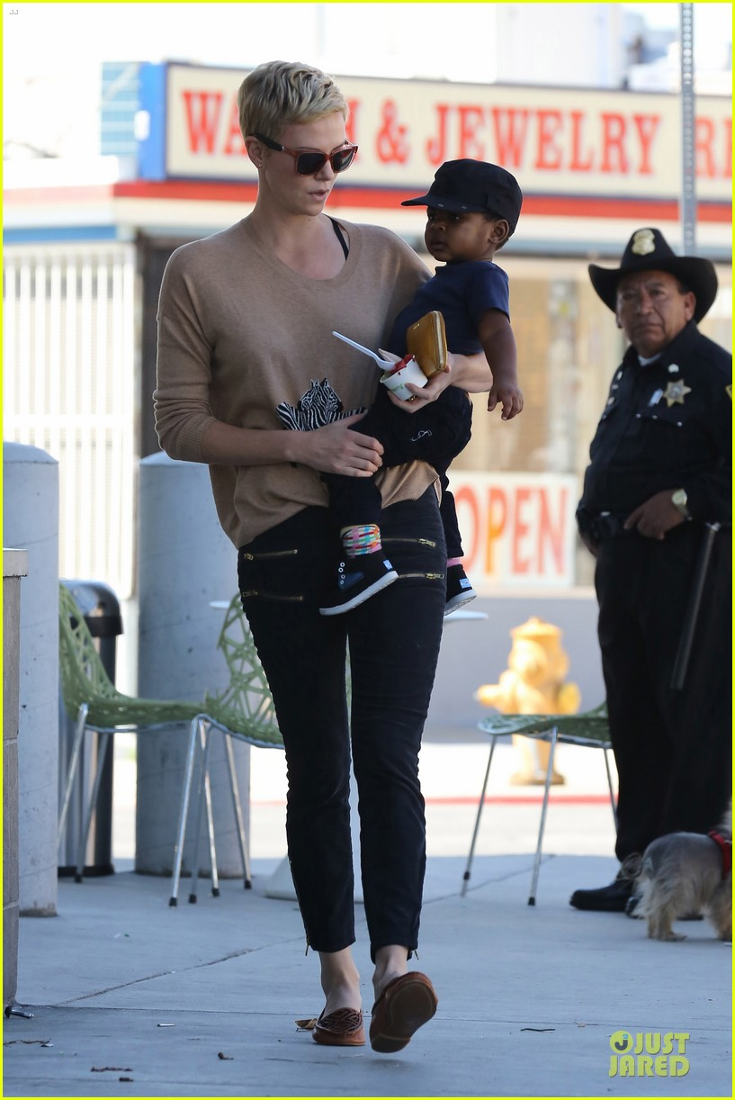 charlize theron pinkberry treat with jackson 13