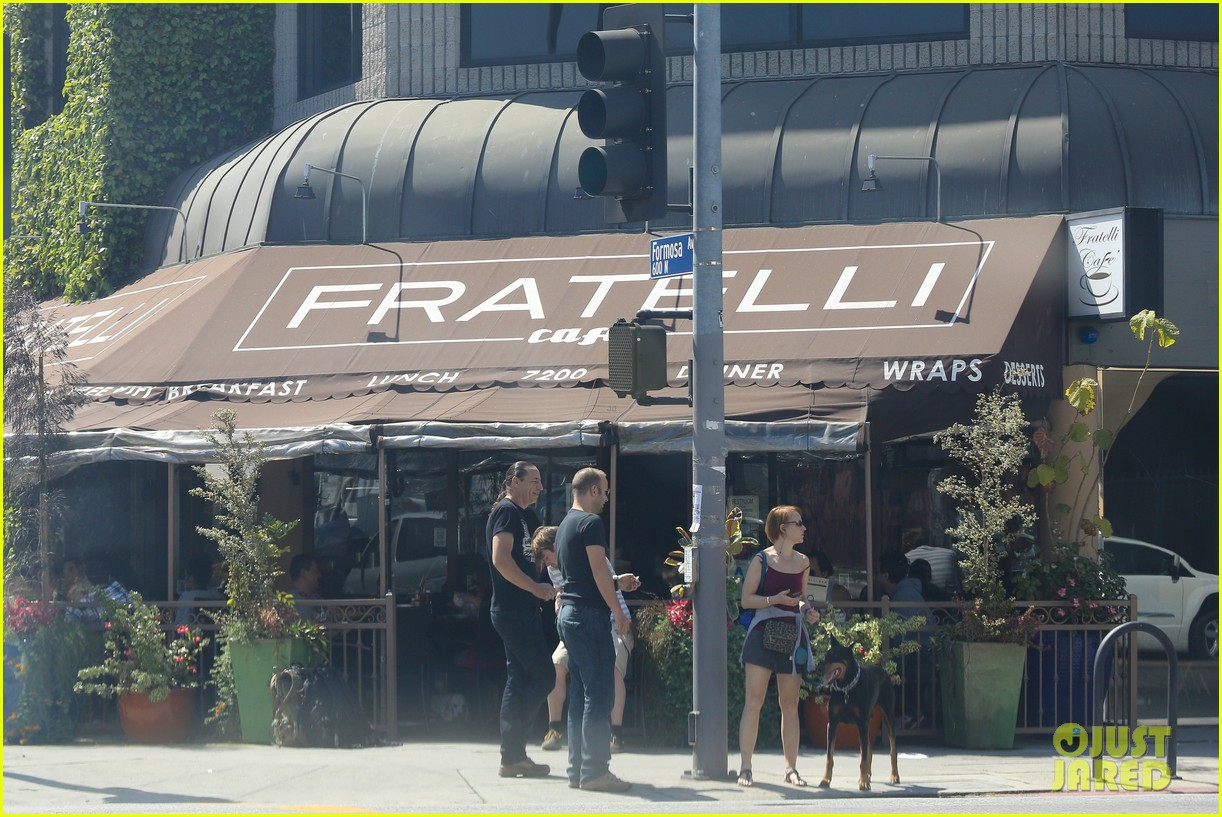 emily vancamp joshua bowman fratelli cafe couple 112837389