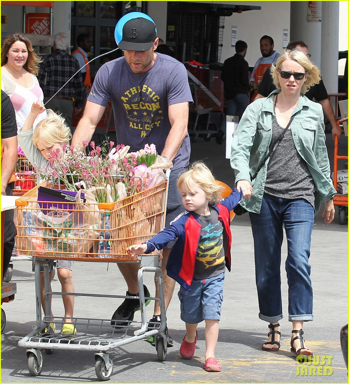 naomi watts liev schreiber saturday family errands 03