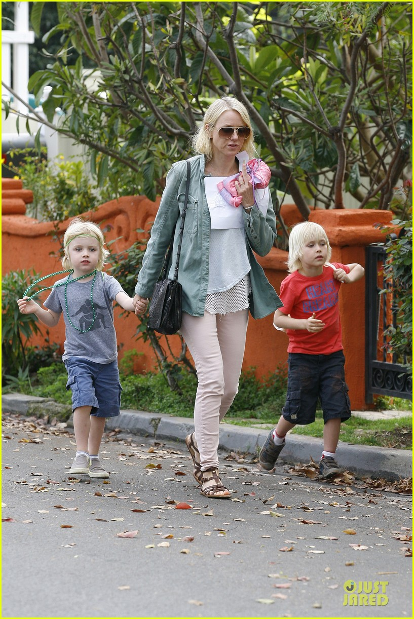 naomi watts neighboring visit with the boys 012831439