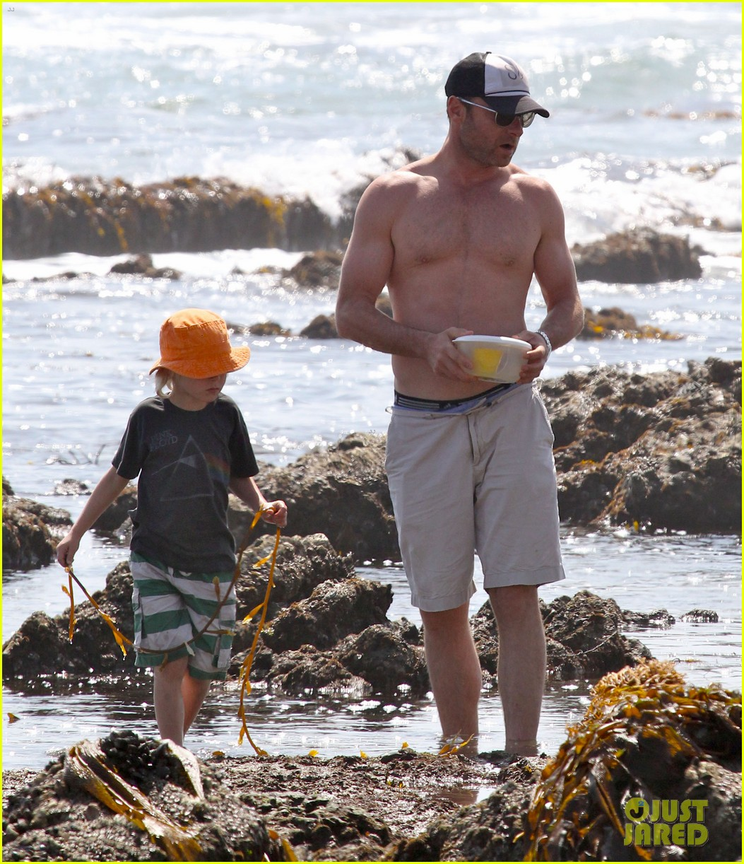 naomi watts shirtless liev schreiber family beach day 13