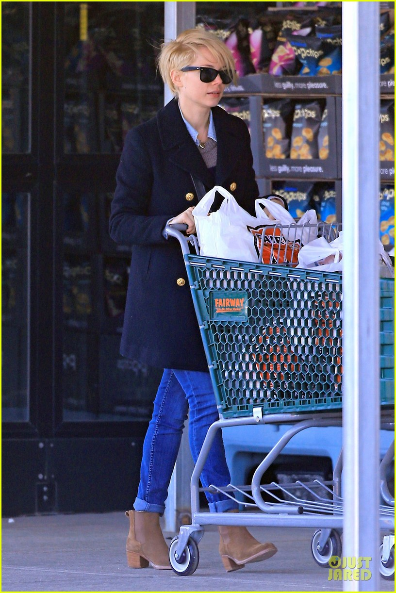 michelle williams grocery shopping in new york city 01