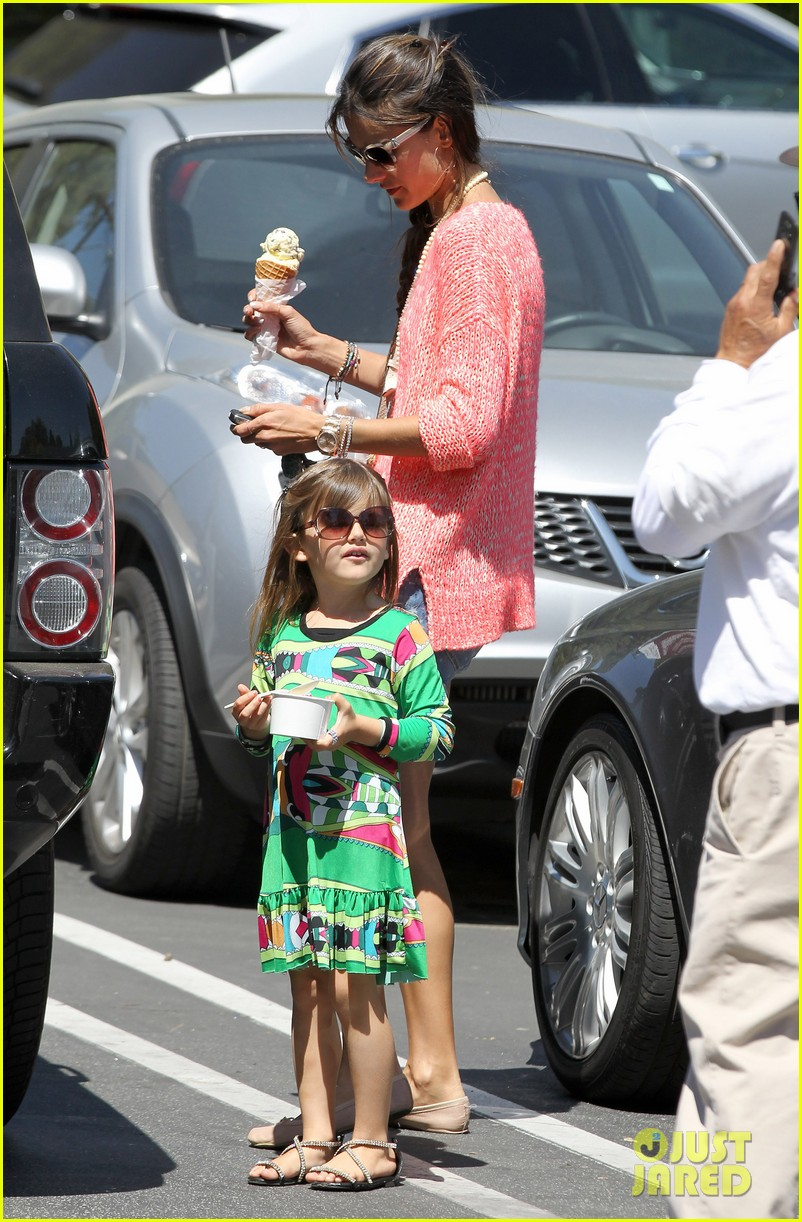 alessandra ambrosio anja ice cream treat 012853532