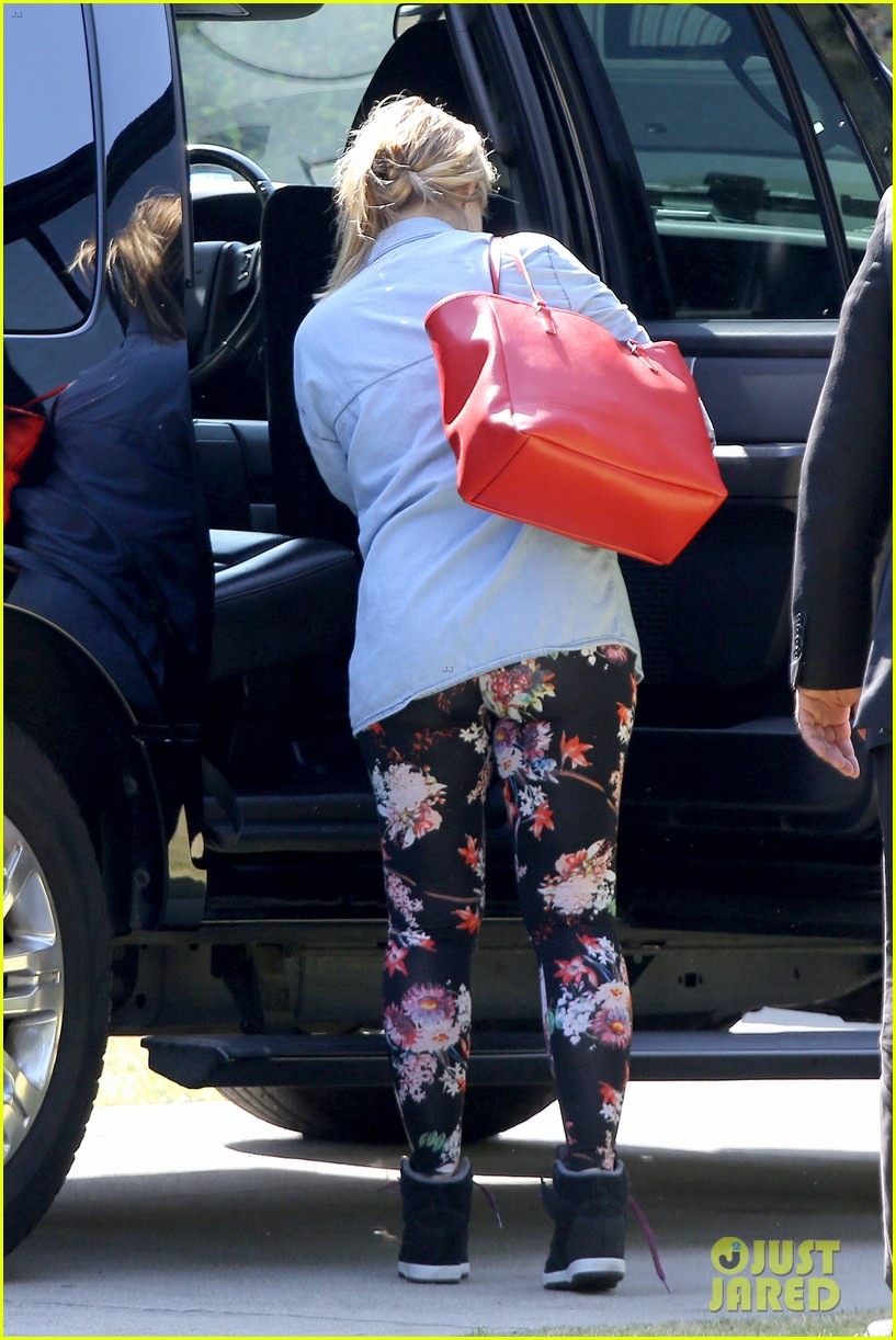 kristen bell steps out for first time since giving birth 052860671