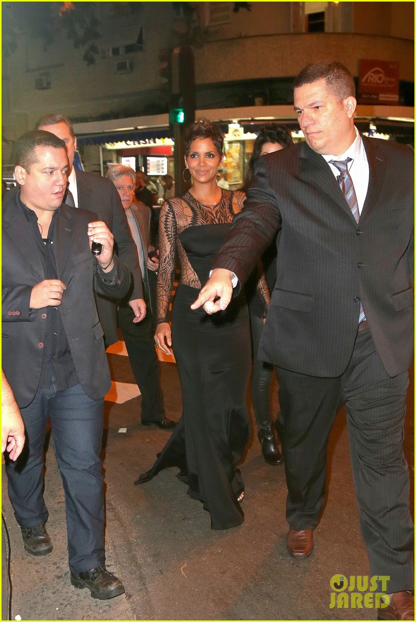 halle berry flaunts baby bump at the call rio premiere 212847988