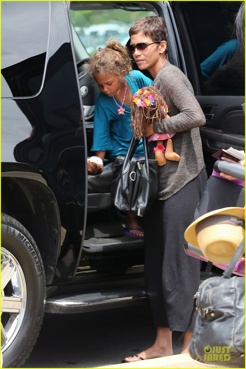 halle berry olivier martinez maui departure with nahla 20
