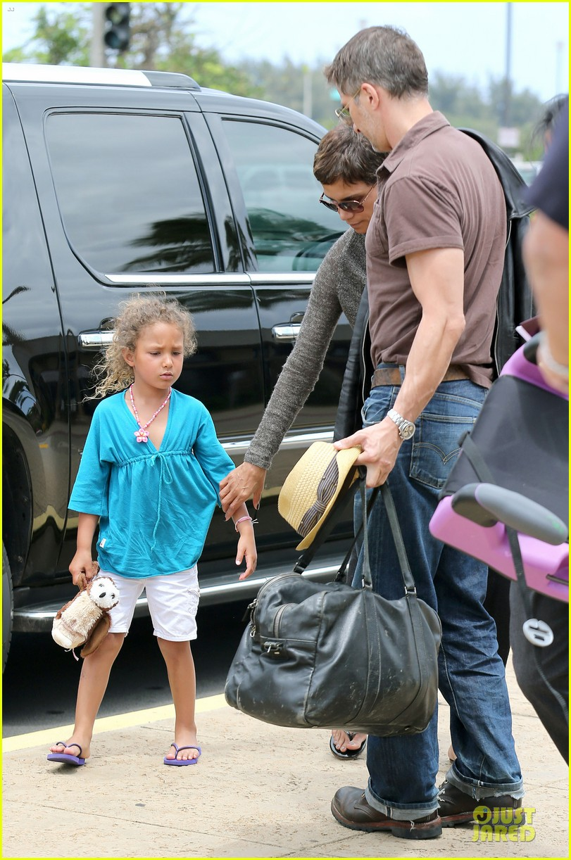 halle berry olivier martinez maui departure with nahla 22