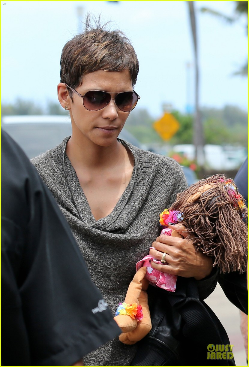 halle berry olivier martinez maui departure with nahla 27