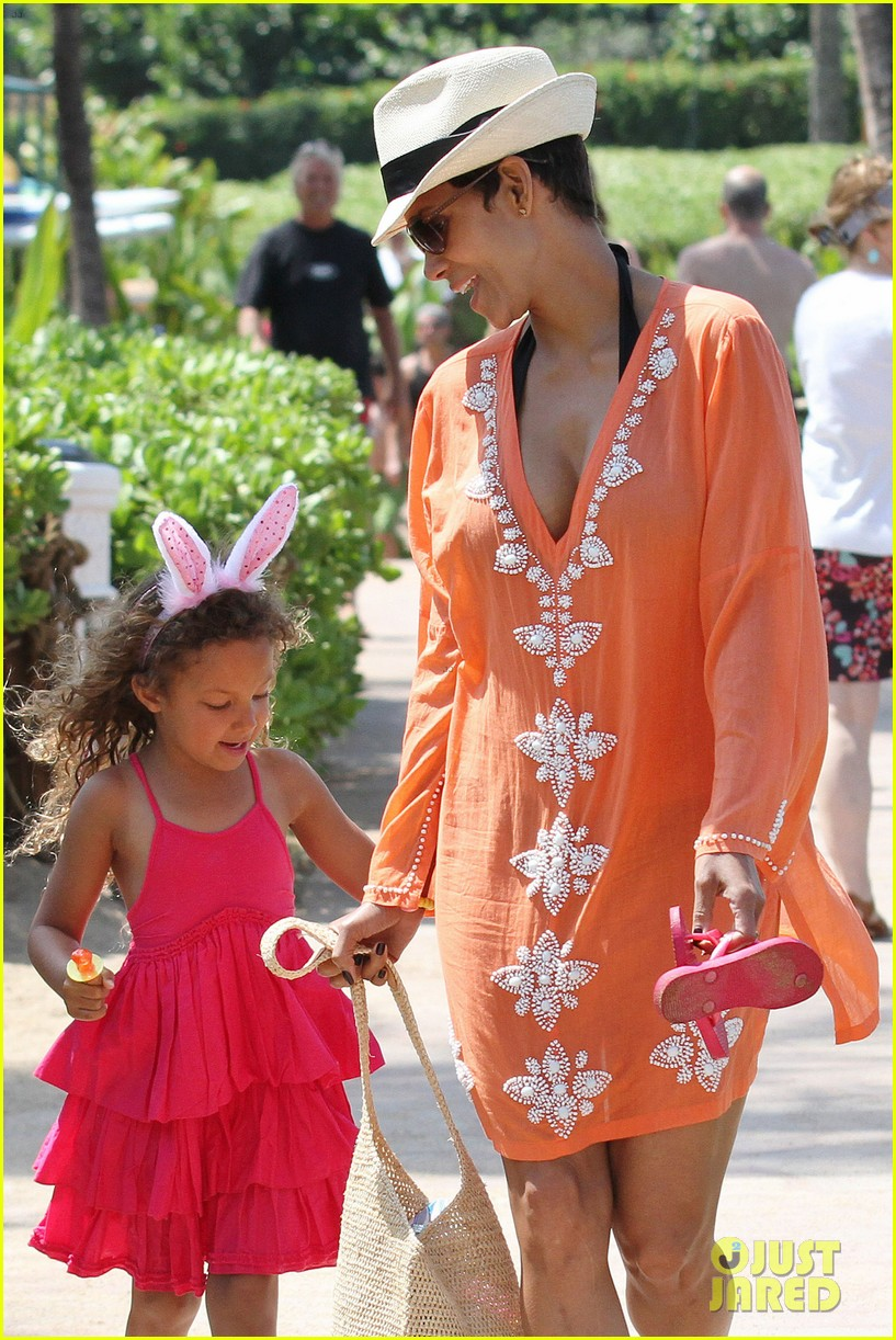 halle berry maui easter egg hunt with nahla 07