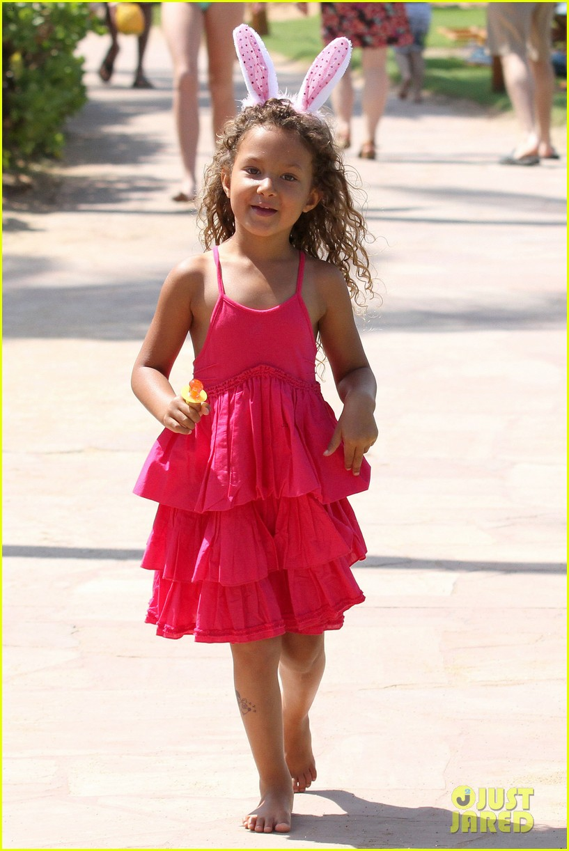 halle berry maui easter egg hunt with nahla 082841395