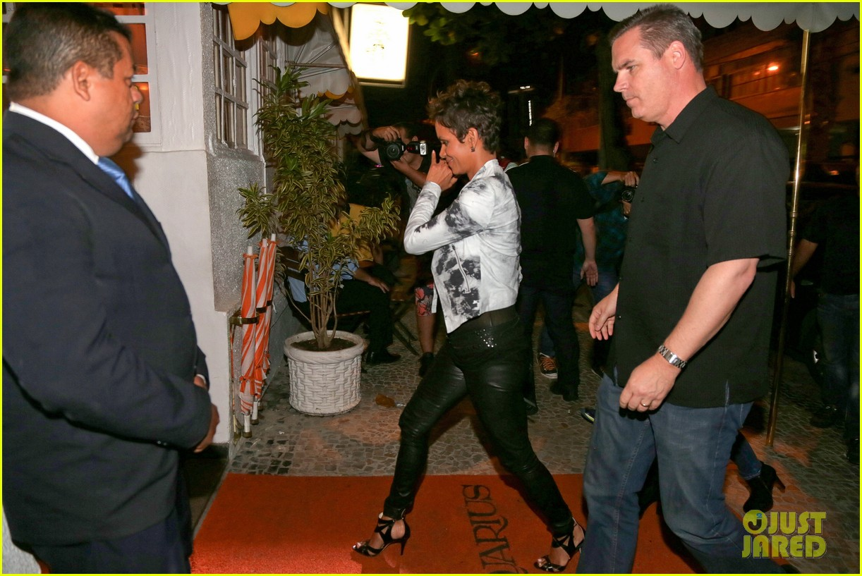 pregnant halle berry mama cannot take time off 06
