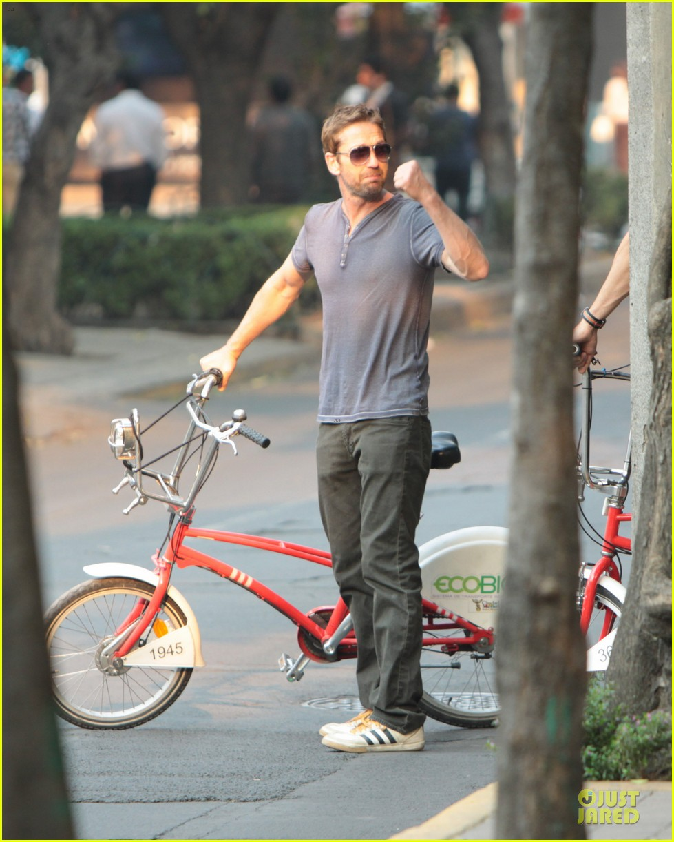 gerard butler bike riding in mexico 10