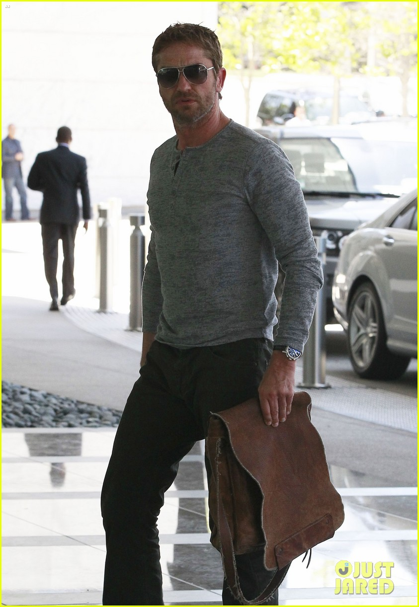 gerard butler talks having fun with dog lolita 042852806