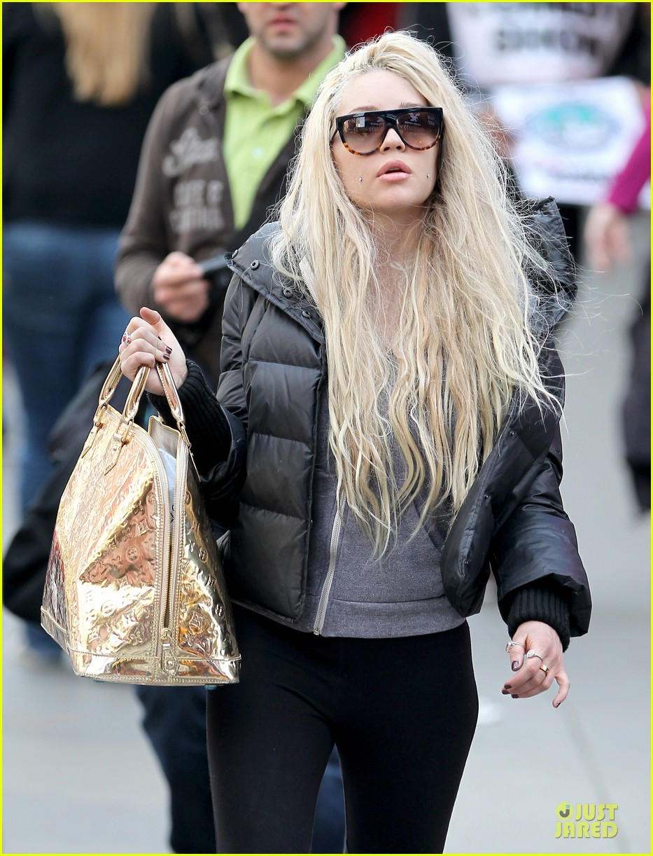 amanda bynes pierced cheeks in the big apple 09