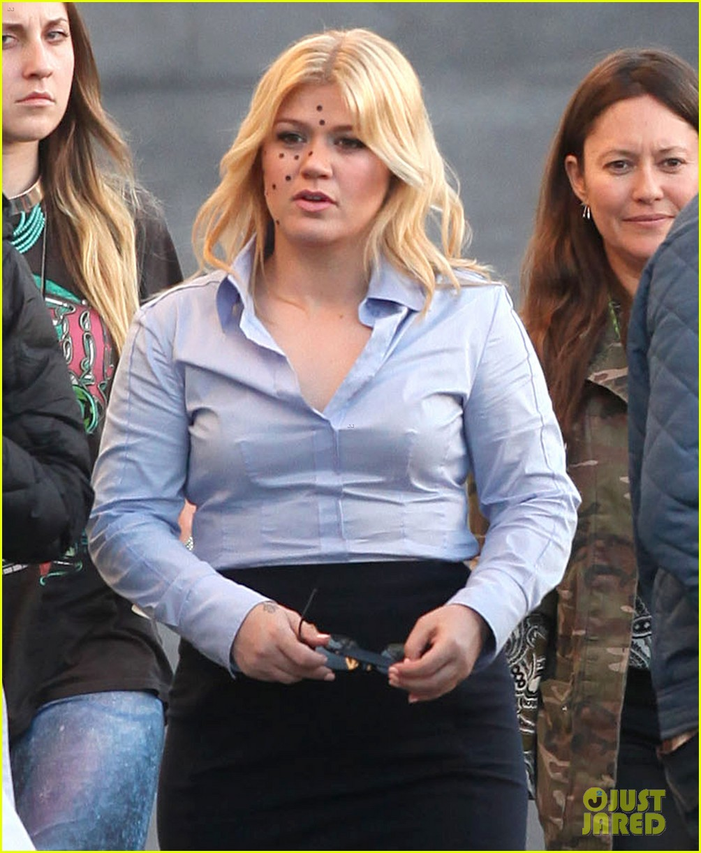 kelly clarkson dotted face on people like us video set 02