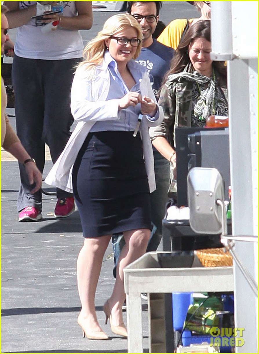 kelly clarkson dotted face on people like us video set 10