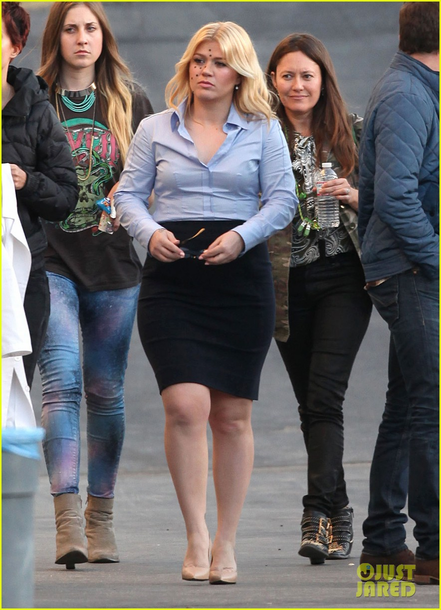 kelly clarkson dotted face on people like us video set 20