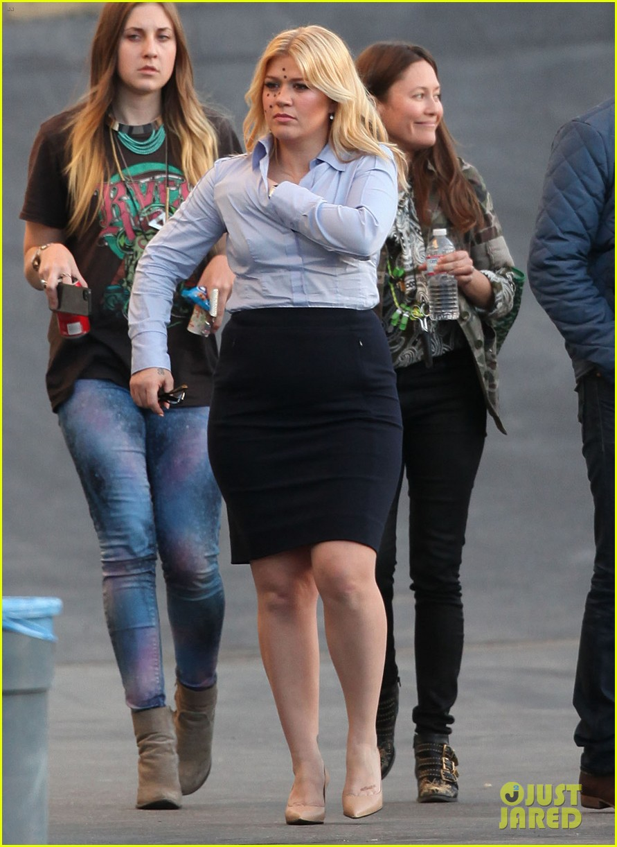 kelly clarkson dotted face on people like us video set 23