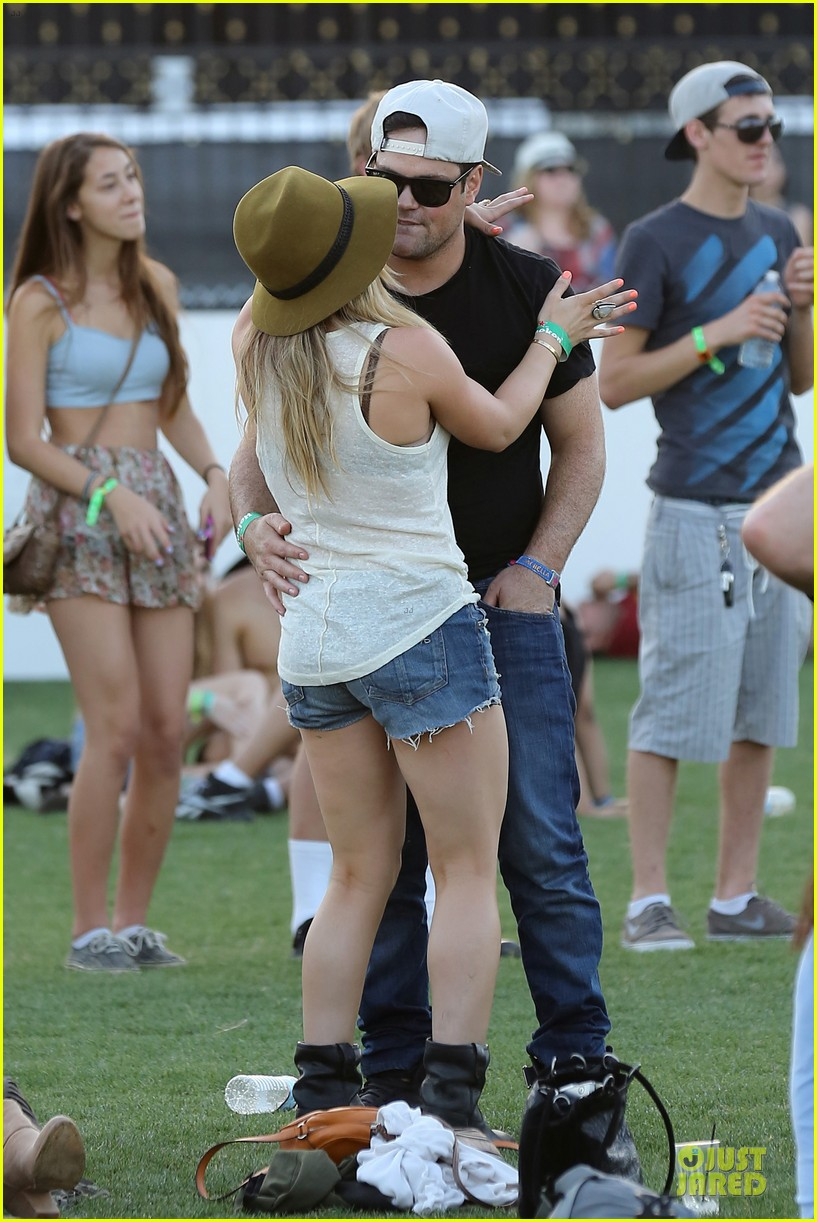 hilary duff mike comrie coachella with sister haylie 05