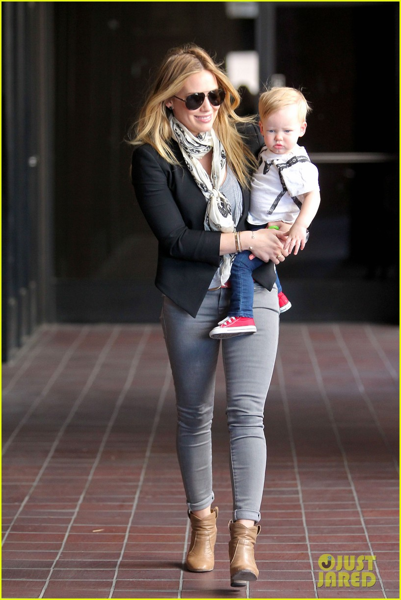 hilary duff sunny afternoons with baby luca 082853575