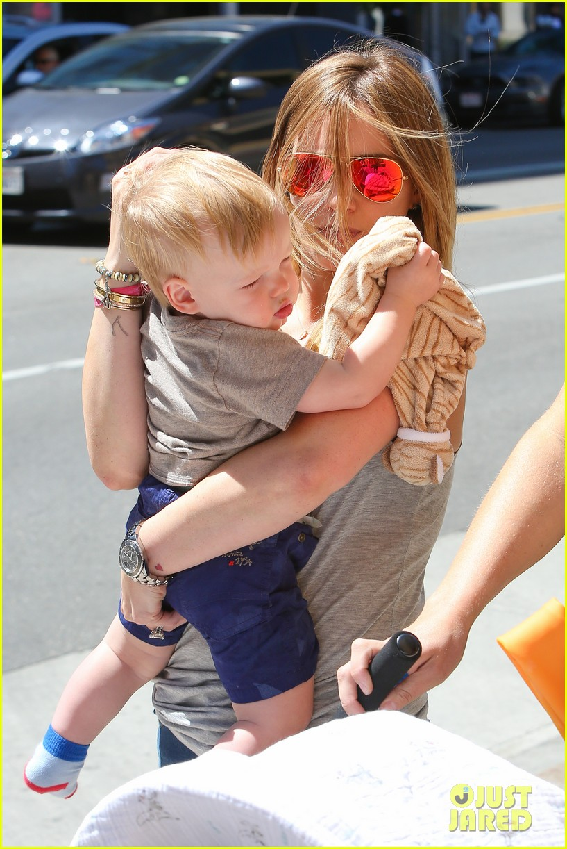 hilary duff sunny afternoons with baby luca 26