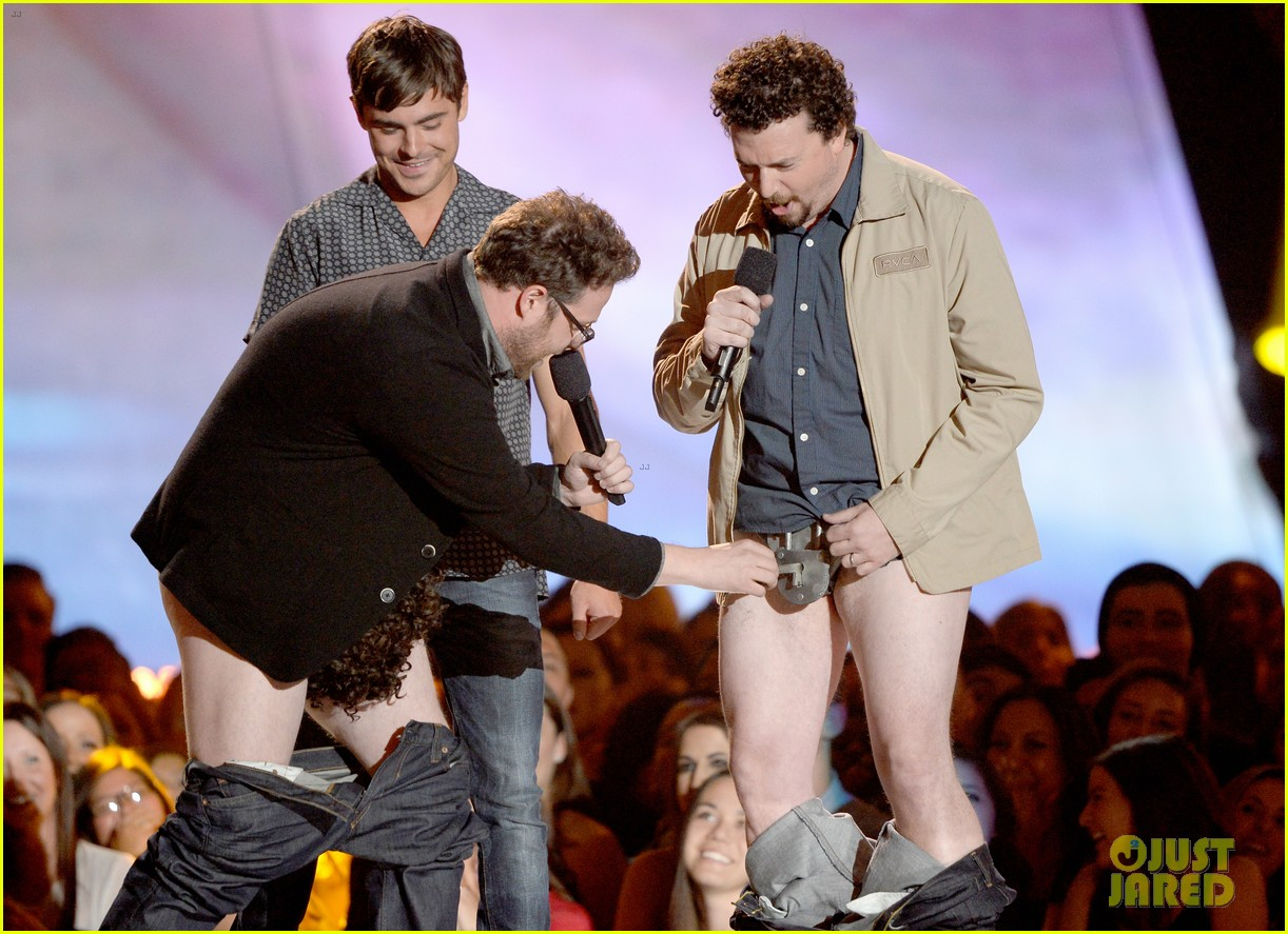 zac efron mtv movie awards 2013 with pantsless seth rogen 03