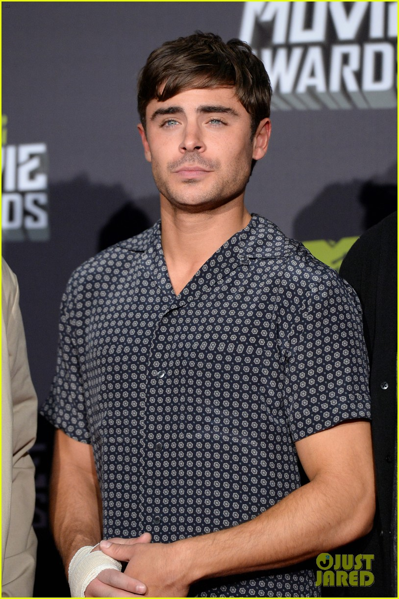 zac efron mtv movie awards 2013 with pantsless seth rogen 04