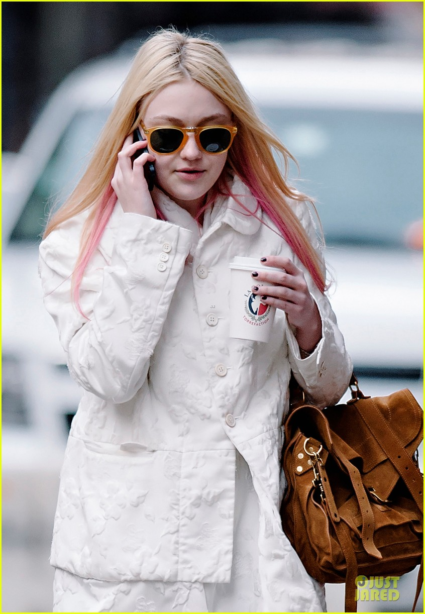 dakota fanning pink haired phone chatter 05