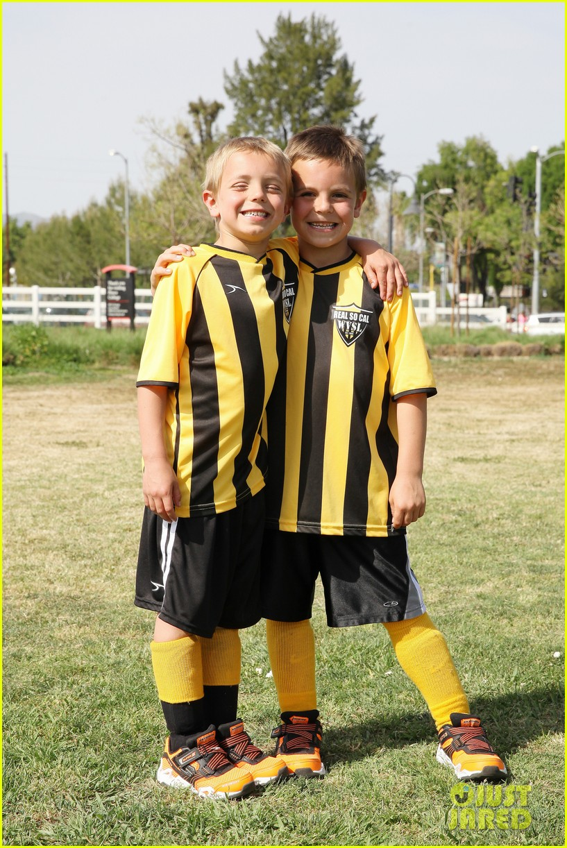 kevin federline cheers sean preston jayden james soccer games 01