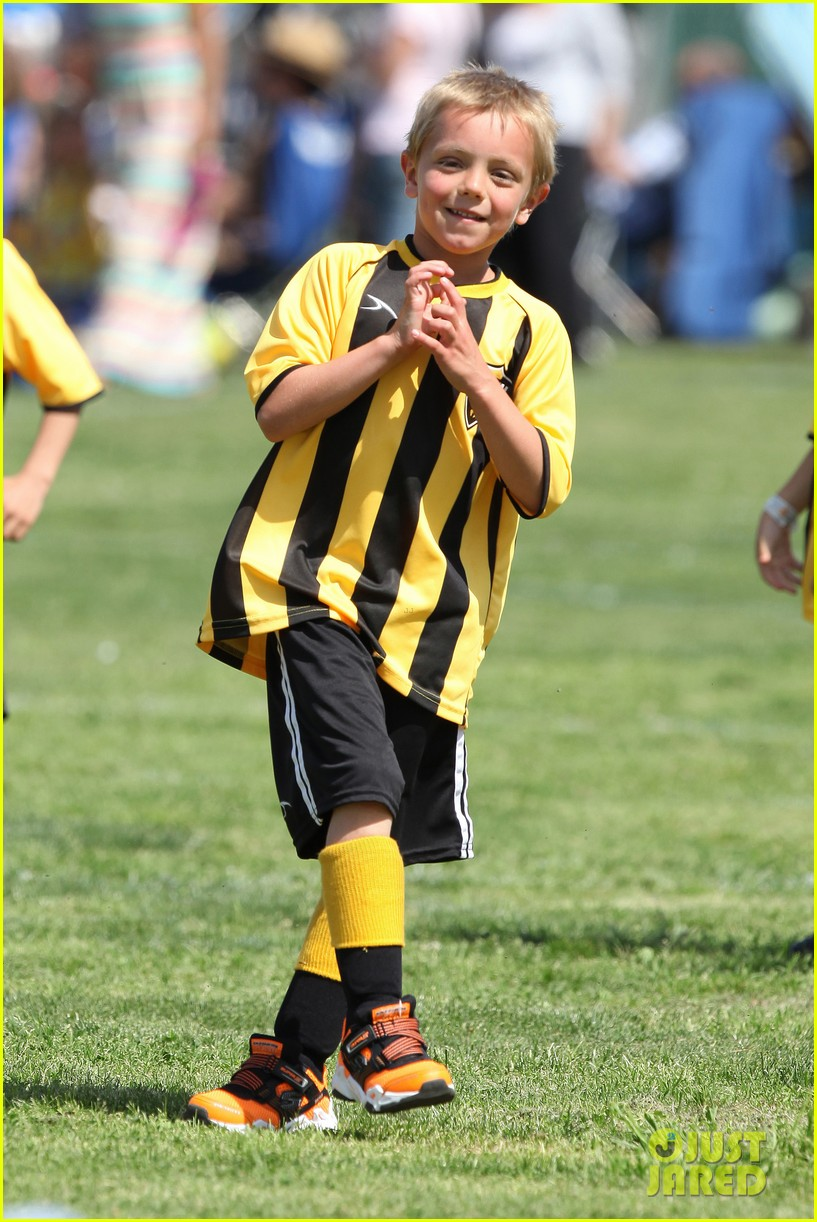 kevin federline cheers sean preston jayden james soccer games 162845331