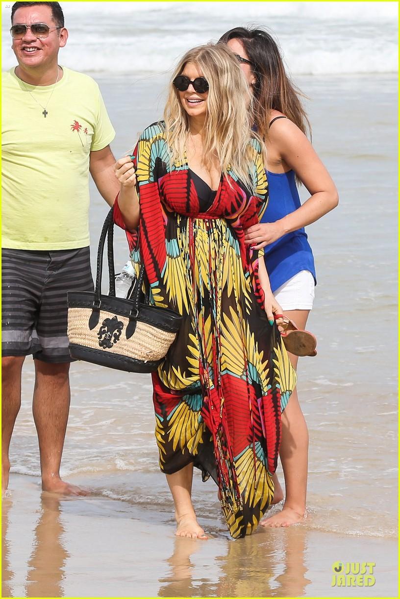 fergie pregnant brazilian beach stroll 012843873