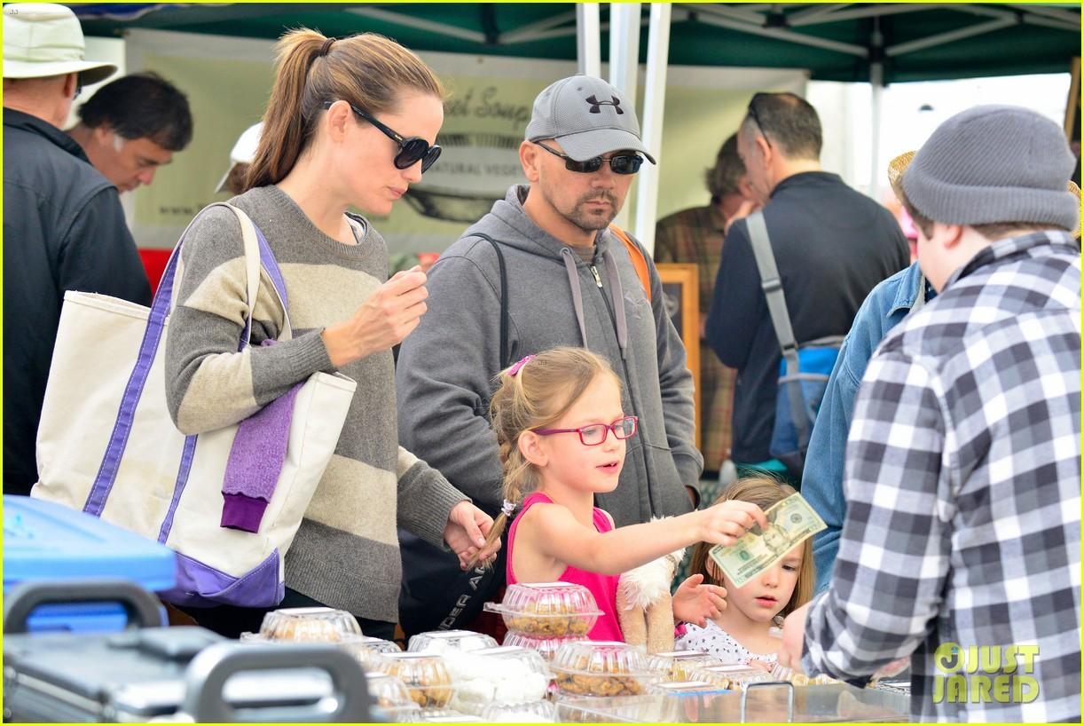 jennifer garner farmers market trip violet seraphina 172844995