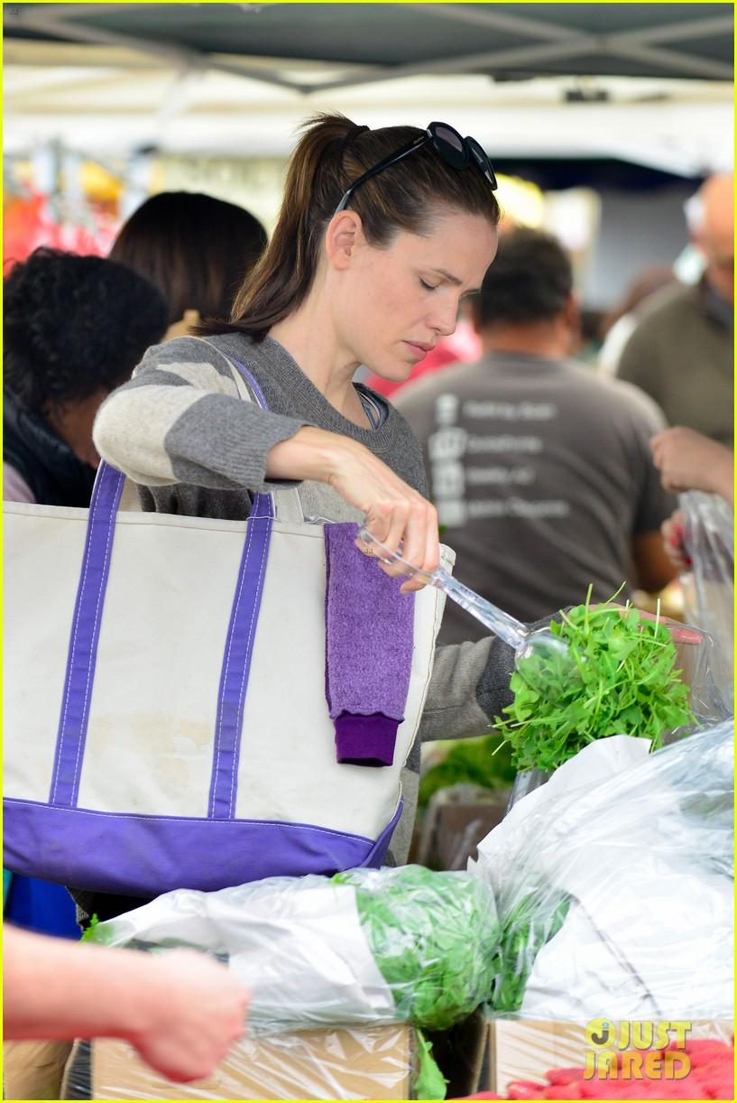 jennifer garner farmers market trip violet seraphina 20
