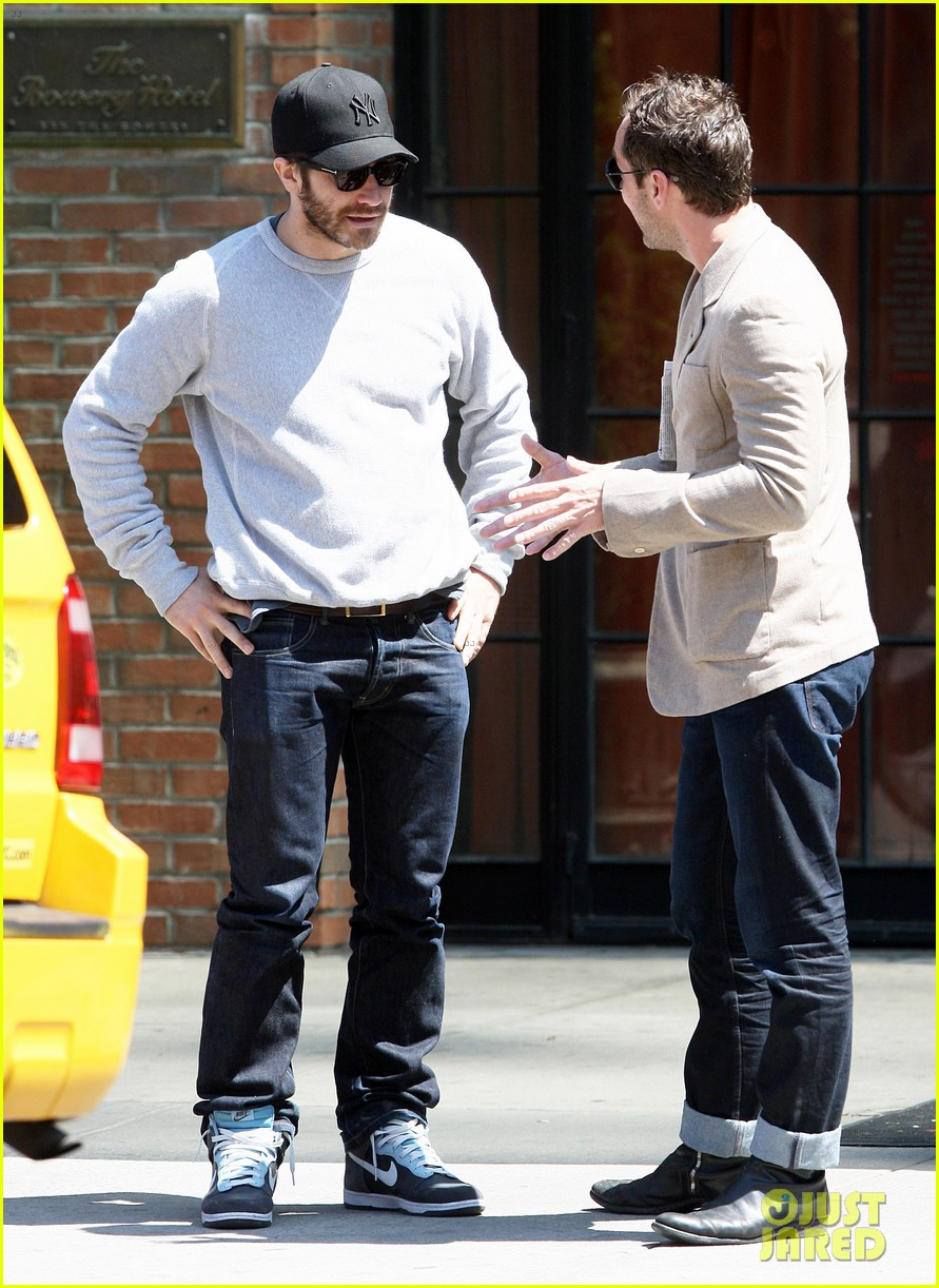 jake gyllenhaal jude law hang out in the east village 03