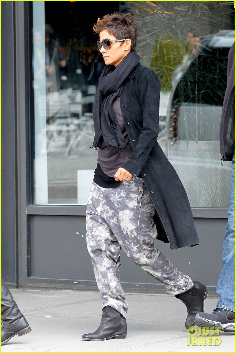 halle berry pregnant shopper in nyc 01