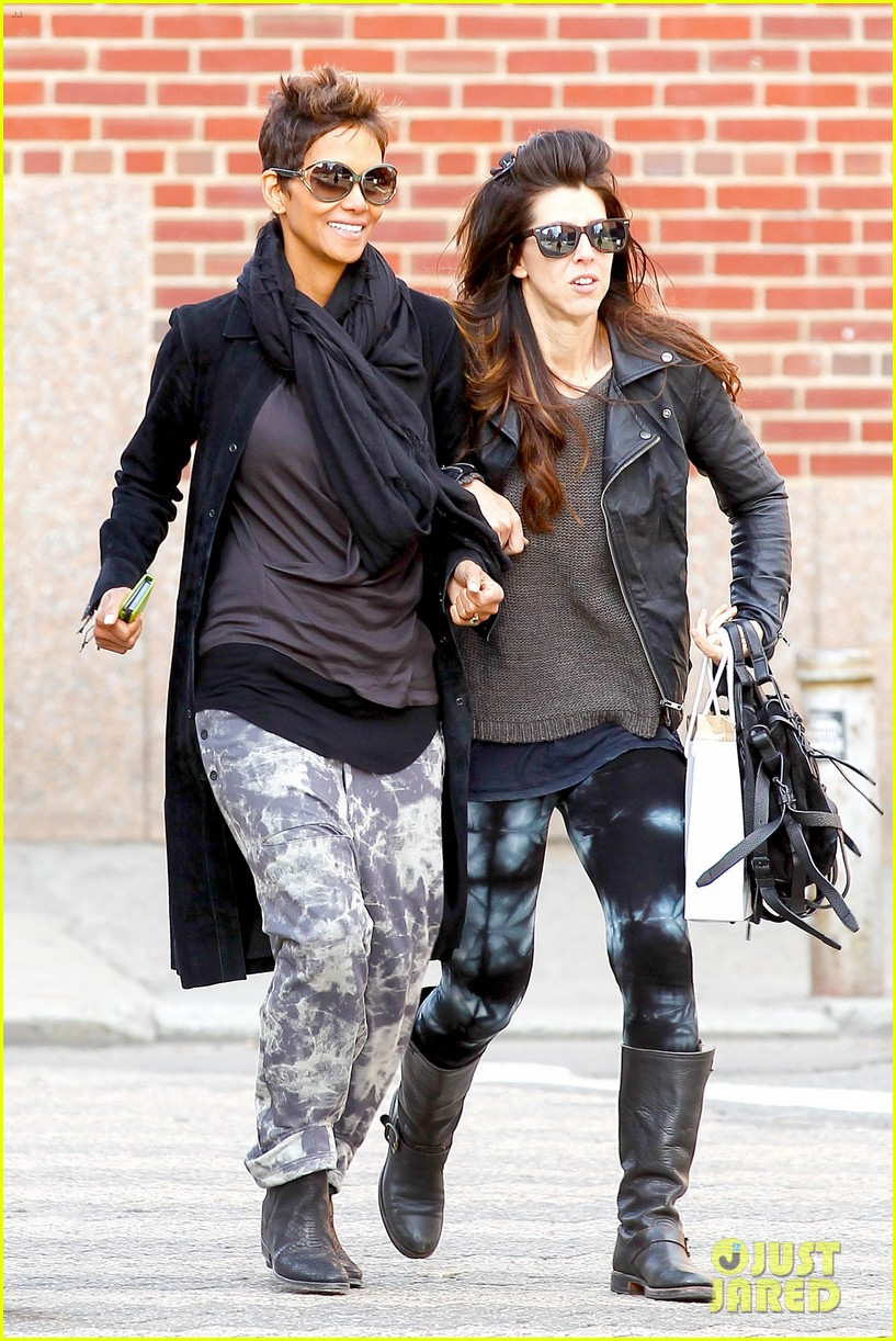 halle berry pregnant shopper in nyc 06