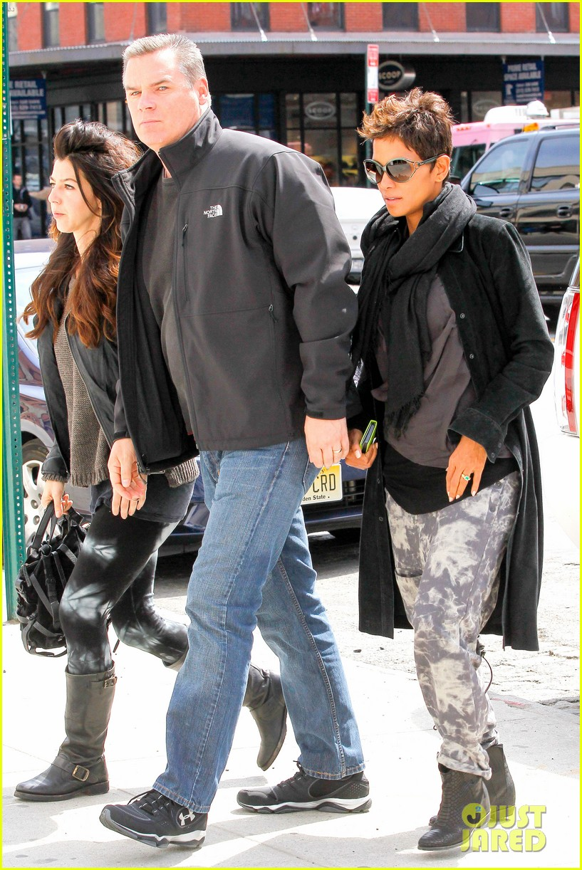 halle berry pregnant shopper in nyc 25