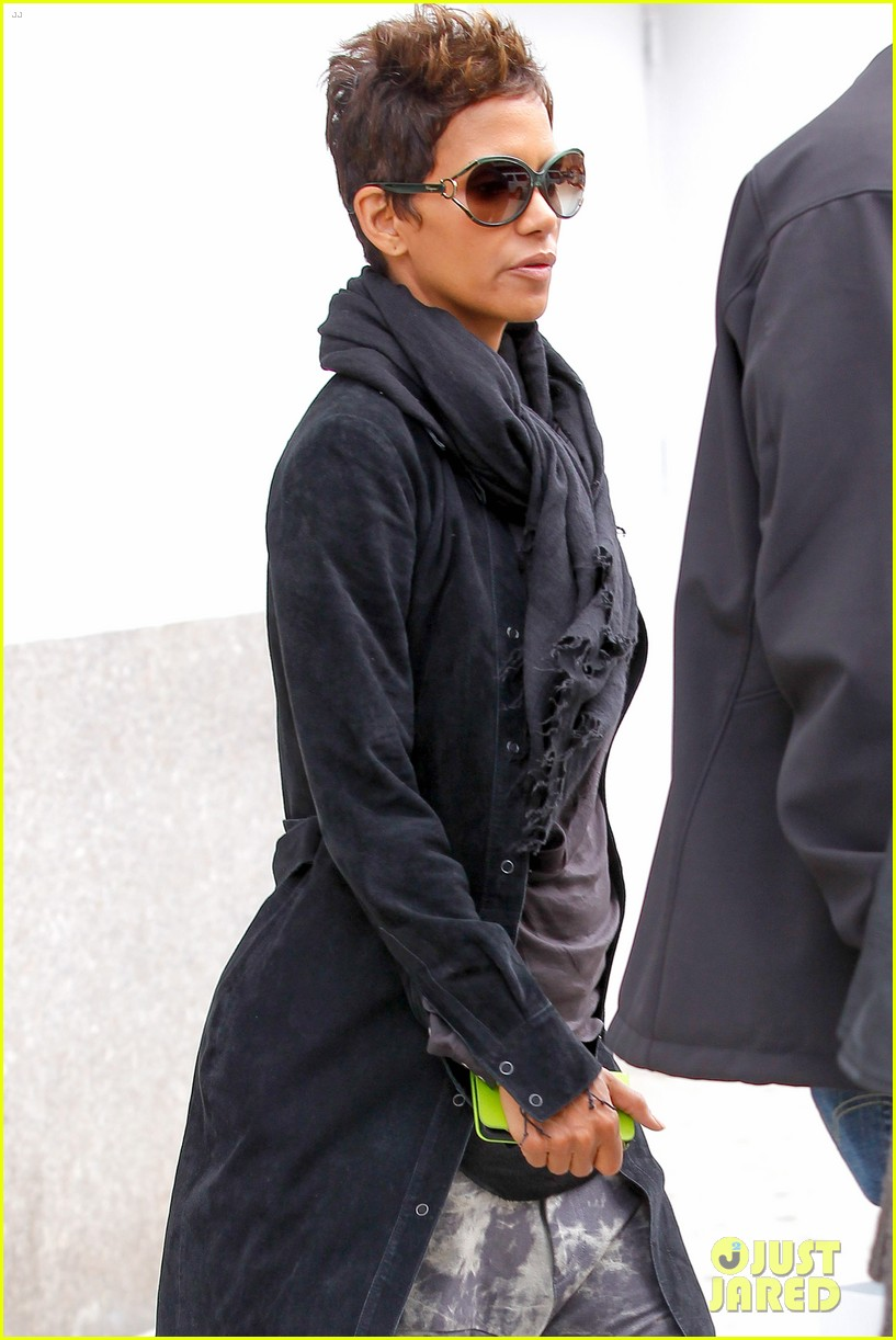 halle berry pregnant shopper in nyc 28