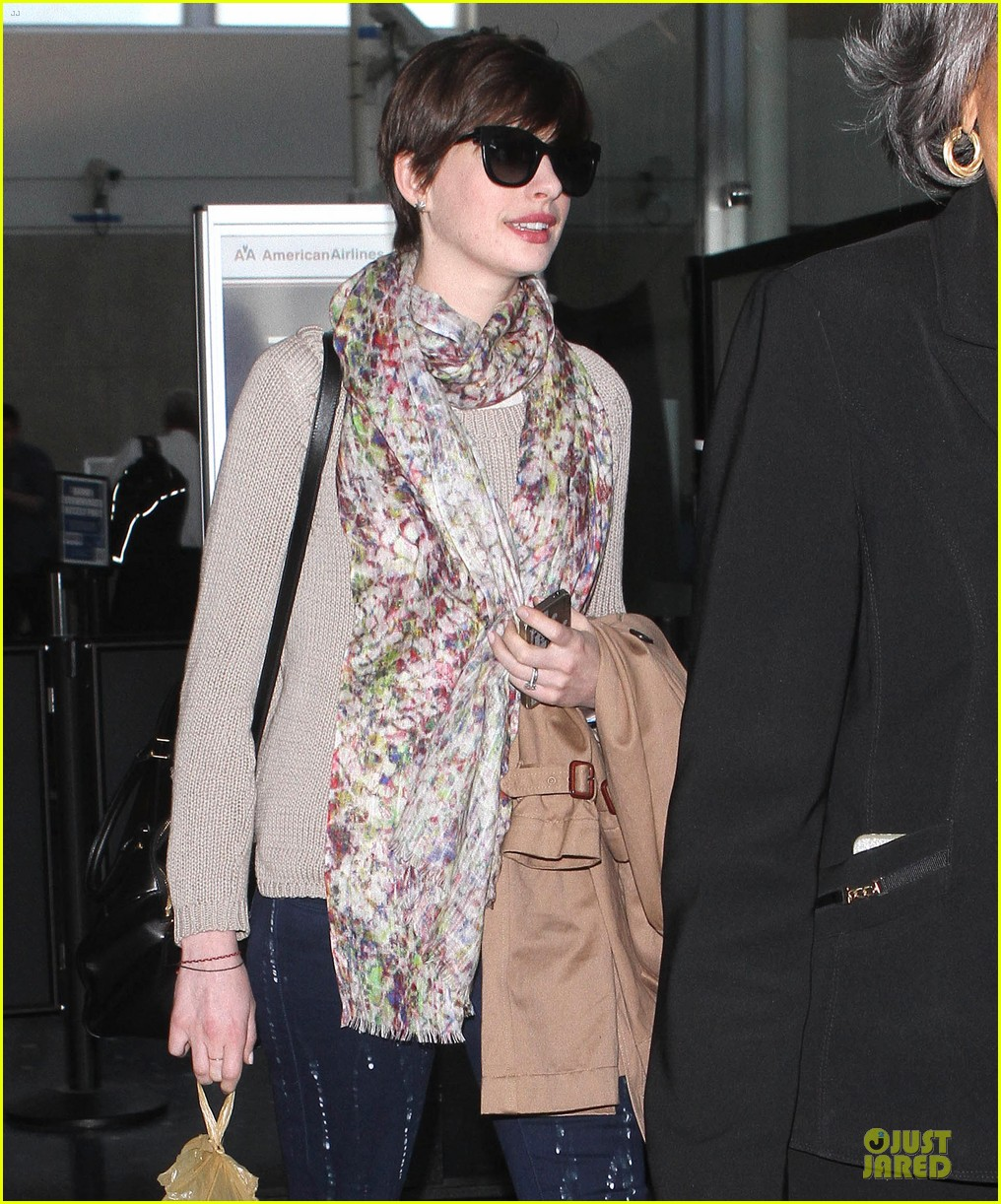 anne hathaway baby bump amusement 06